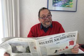 Leserbriefschreiber Heiner Lichti  aus Durlach hält eine Ausgabe der BNN in den Händen.