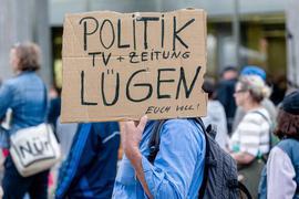 Ein Mann hält ein Plakat mit der Aufschrift « Politik, TV und Zeitung lügen euch voll!». Die Initiative Querdenken 40 demonstriert hier unter dem Motto « Gemeinsam und gewaltfrei für die Aufhebung der Coronamaßnahmen». +++ dpa-Bildfunk +++