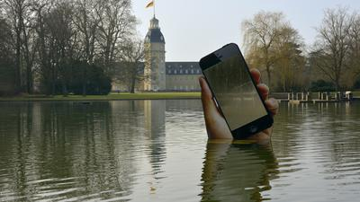 Nicht aus der Stadt wegzudenken: Die IT-Wirtschaft zählt zu den wichtigsten Standbeinen Karlsruhes. Die monumentale Hand mit Smartphone von Aram Bartholl im Schlossgarten führt Kunst und Alltag zusammen.