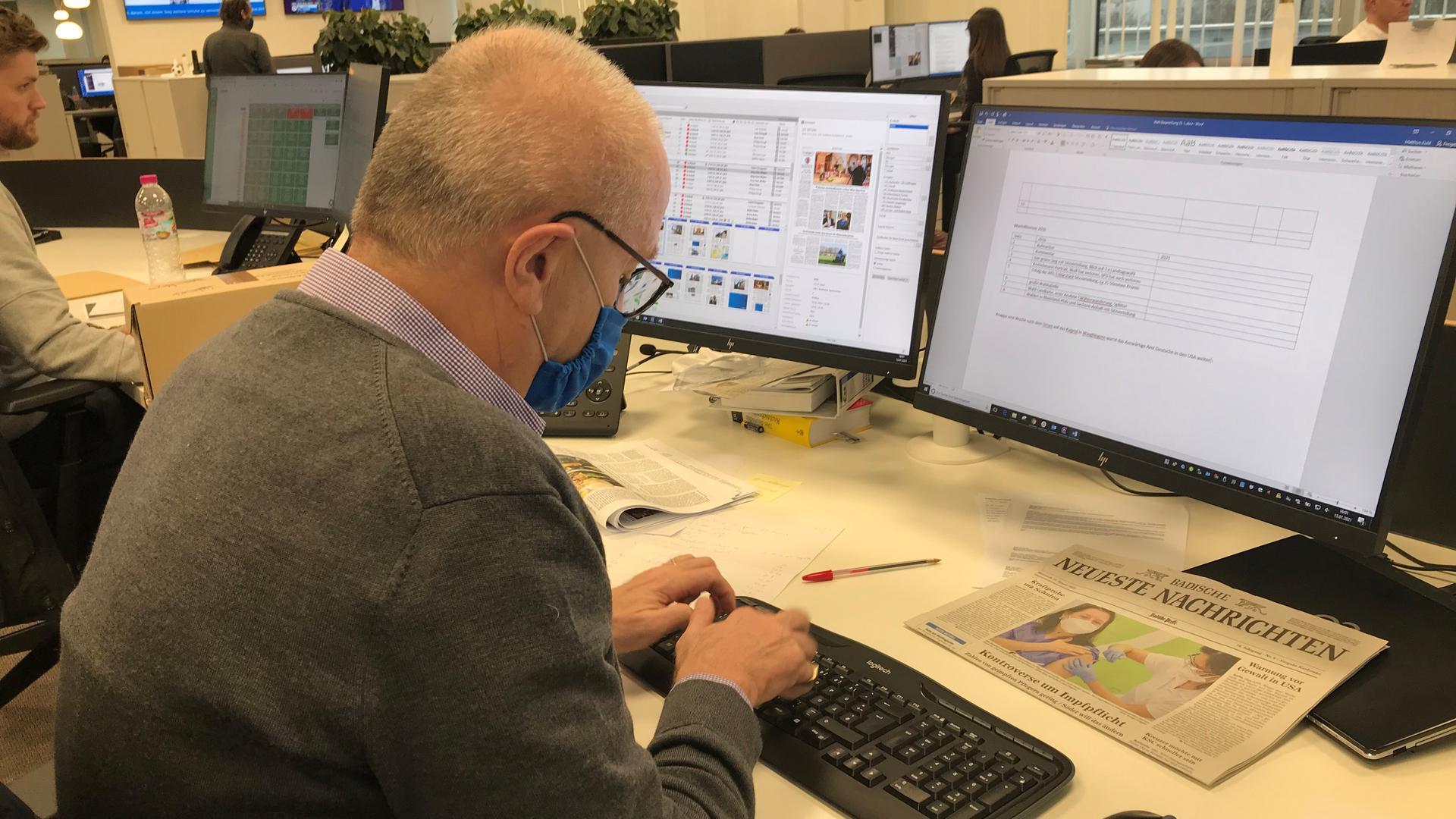 Mann tippt an einem Computer