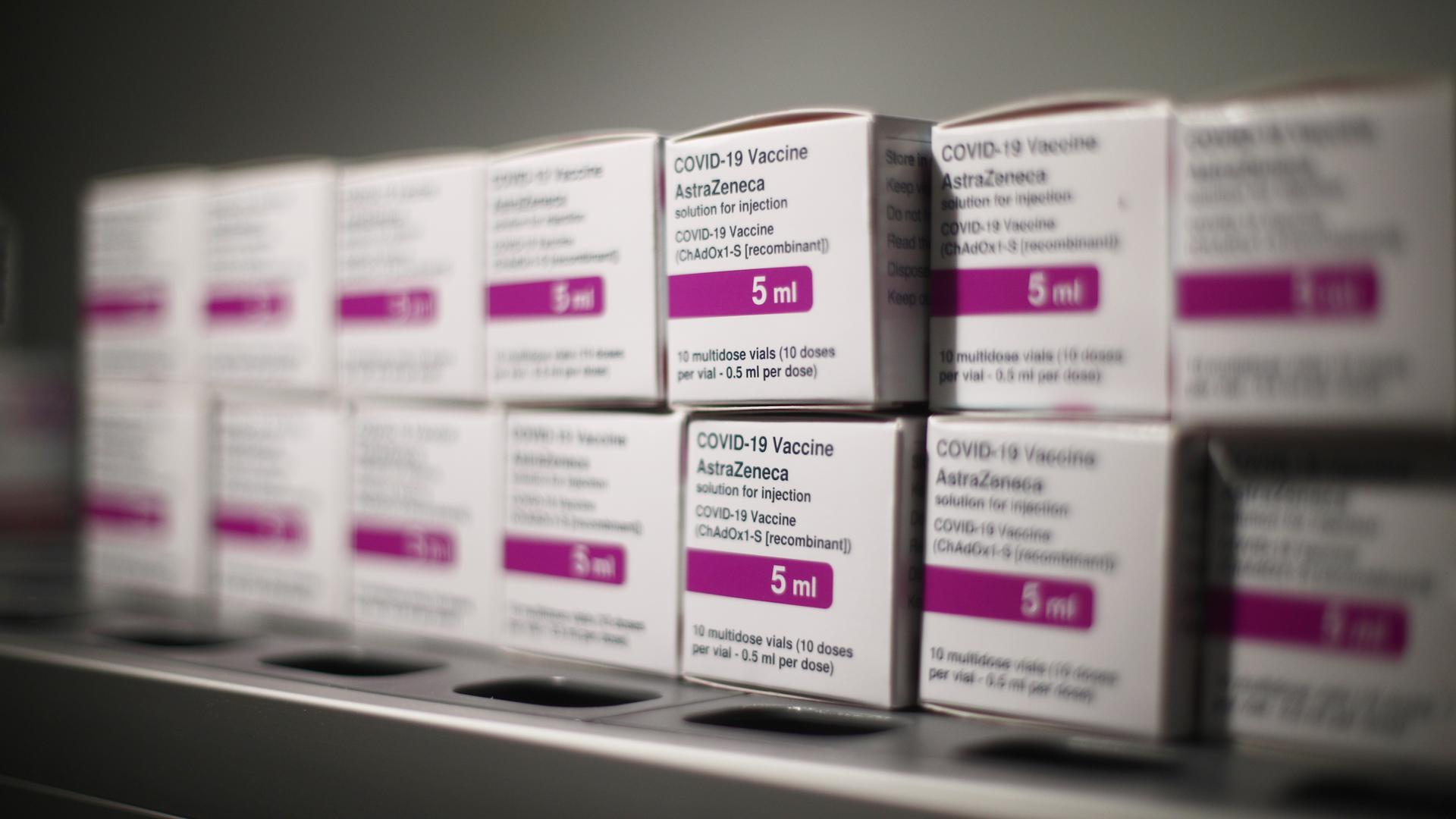 Mehrere Boxen mit dem Corona-Impfstoff von AstraZeneca stehen in einem Impfzentrum in Madrid. Das Gesundheitsministerium der Region hat mit der Impfung von Physiotherapeuten, Apothekern, Zahntechnikern, Logopäden, klinischen Psychologen, Optikern und Mitarbeitern des öffentlichen Gesundheitswesens begonnen. +++ dpa-Bildfunk +++