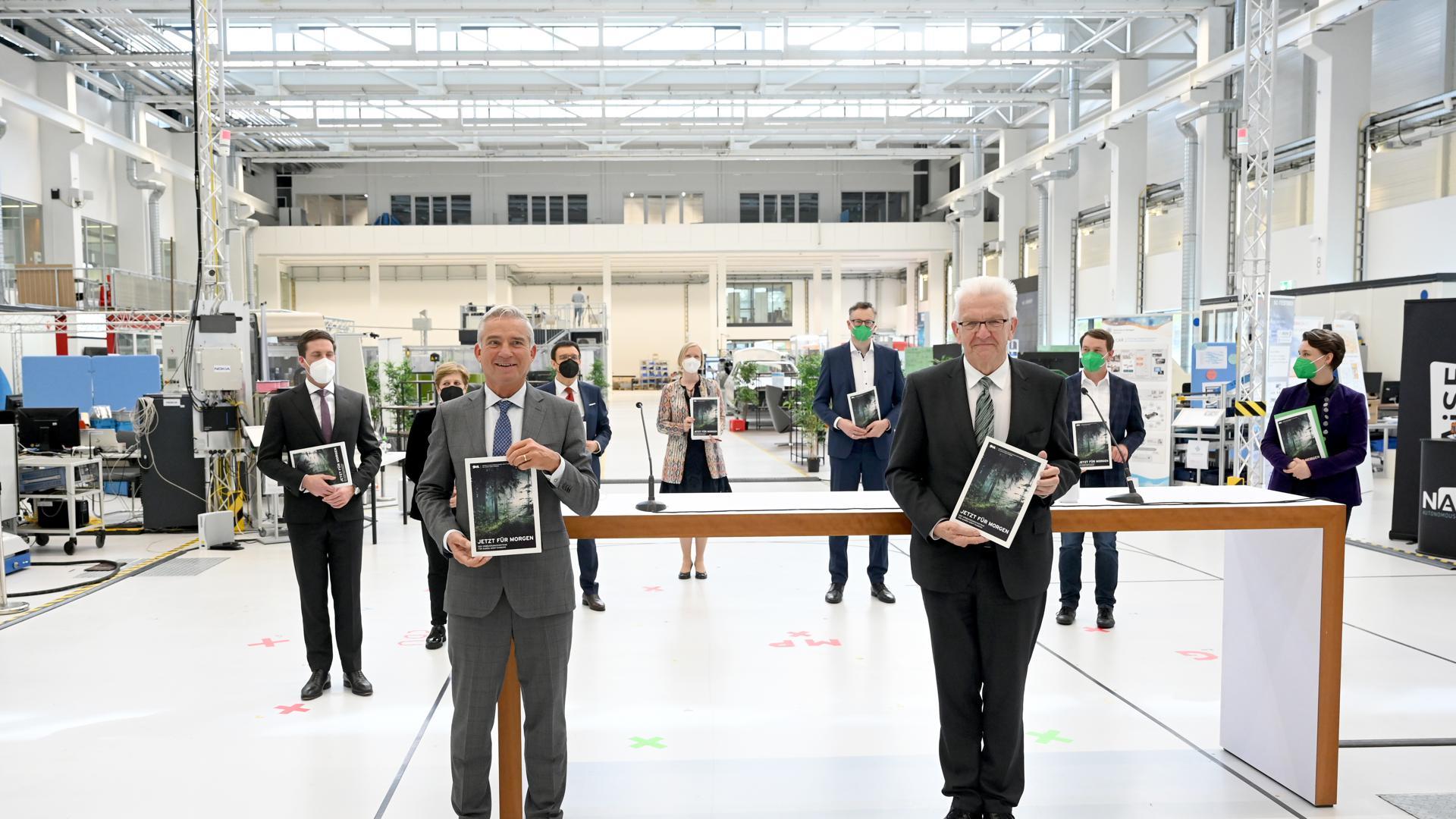 Thomas Strobl (l, CDU), Innenminister von Baden-Württemberg und Winfried Kretschmann (r, Bündnis 90/Die Grünen), Ministerpräsident von Baden-Württemberg, halten bei der Präsentation den Koalitionsvertrag der neuen grün-schwarzen Landesregierung in Baden-Württemberg in den Händen.