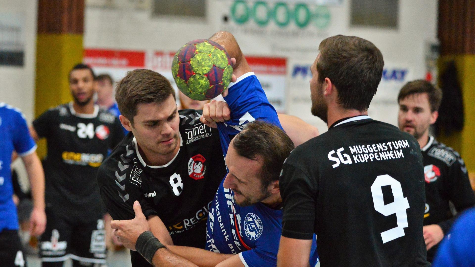 Kräftig zugepackt, wie es Lars Crocoll (links) und Jan Unser (rechts) von der SG Muggensturm/Kuppenheim gegen den Helmlinger Tomasz Pomiankiewicz praktizieren, wird im Handball erst wieder in der Saison 2021/22.