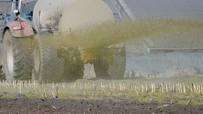 ARCHIV - 06.04.2017, Schleswig-Holstein, Aukrug-Homfeld: Ein Traktor mit Gülleanhänger versprüht die Gülle. (zu dpa «Nitrat im Grundwasser: Deutschland kündigt schärfere Dünge-Regeln an» vom 01.02.2019) Foto: Carsten Rehder/dpa +++ dpa-Bildfunk +++ | Verwendung weltweit