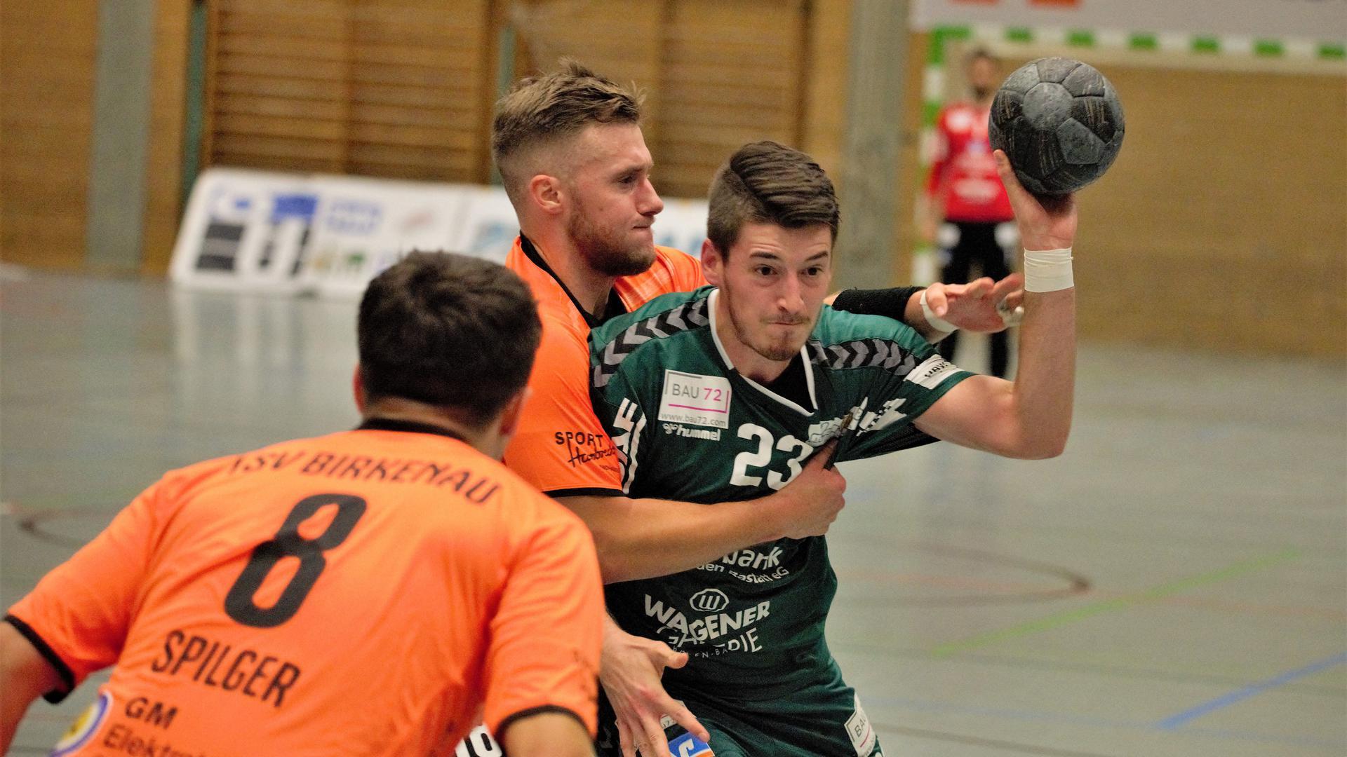 Zurück in der Halle: Julian Schlager (rechts) und seine Mitspieler vom Handball-Oberligisten TVS Baden-Baden haben nach langer coronabedingter Pause den Trainingsbetrieb wieder aufgenommen.