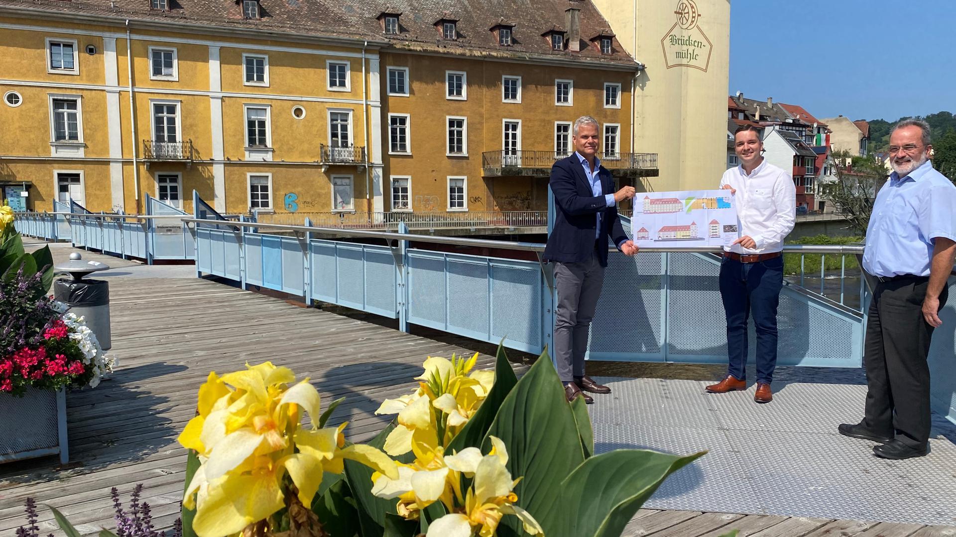 Zwei Männer stehen auf einer Brücke