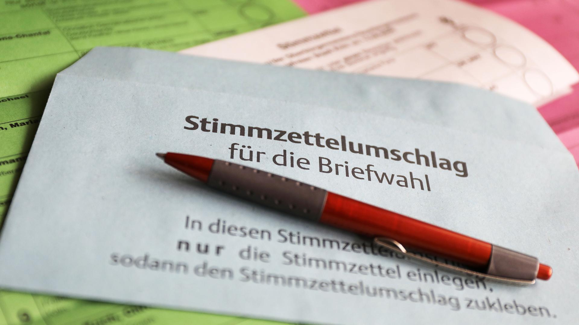 Stimmzettel und ein Umschlag für die Briefwahl liegen auf dem Tisch. Am 13. September 2020 sind in Nordrhein-Westfalen Kommunalwahlen. +++ dpa-Bildfunk +++