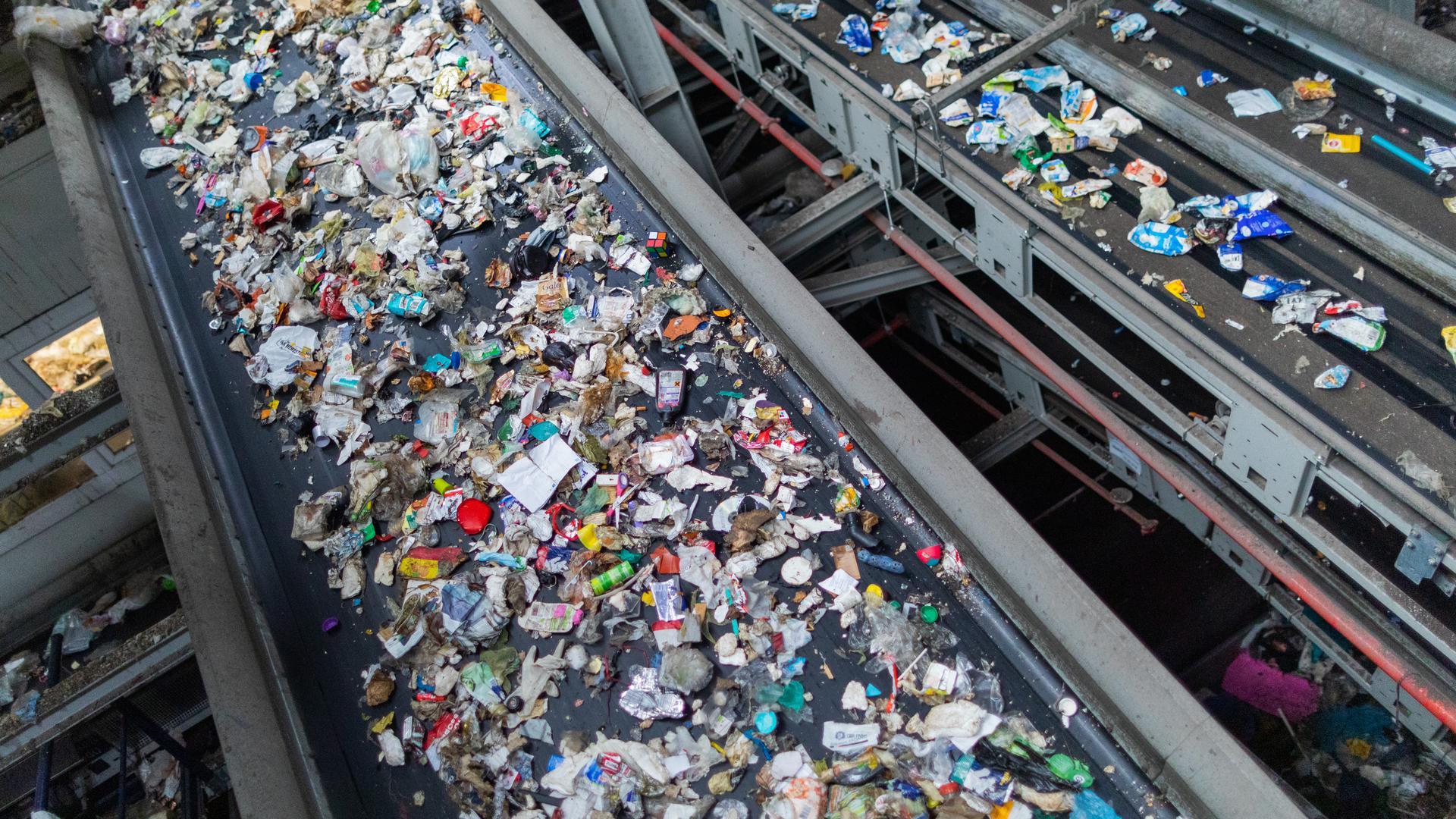 Verschiedene Verpackungsabfälle (PET, PE, PP, PS) werden in einer Sortieranlage des Entsorgungsunternehmens Remondis getrennt. (zu dpa «30 Jahre Mülltrennung - Entsorger fordern bessere Plastikverpackungen» vom 09.06.2021) +++ dpa-Bildfunk +++