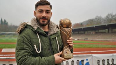 Fußballer Nurdogan Gür mit dem BNN/ABB-Torjägercup 2019/20