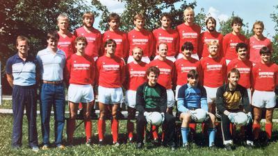 Auf der Erfolgswelle: Unter der Regie von Trainer Werner Bartenbach (links) sicherte sich der SV Sinzheim nach 1982/83 mit dieser Mannschaft in der Saison 1984/85 zum zweiten Mal die Vizemeisterschaft in der Fußball-Verbandsliga Südbaden.