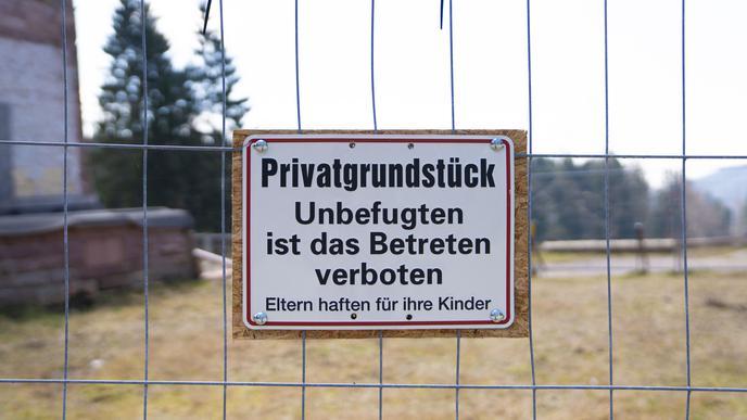"""Ein Schild mit der Aufschrift """"Privatgrundstück"""" hängt vor dem Hotel Breitenbrunnen. Immer wieder sieht man Jogger auf dem Gelände der Klinik."""