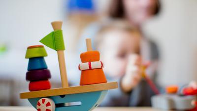 ARCHIV- ILLUSTRATION- Ein Kleinkind spielt am 27.01.2014 in einer Kindertageseinrichtung in Nordrhein-Westfalen. Das Oberverwaltungsgericht in Münster verhandelt am Mittwoch über den Anspruch von Eltern auf Kinderbetreuungsplätze. Foto: Rolf Vennenbernd/dpa +++ dpa-Bildfunk +++