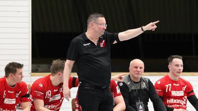 Nach oben: Trainer Ole Andersen zeigt an, wohin der Weg des südbadischen Handball-Drittligisten TV Willstätt mittelfristig führen soll.