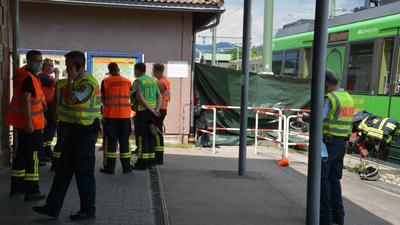 Mehrere Feuerwehr-Leute stehen am Gernsbacher Bahnhof.