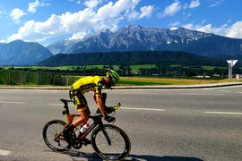 Malerische Kulisse:  In Österreich mühte sich der Ultraradfahrer Tobias Bailer aus Baden-Baden unter schwierigsten Bedingungen ab.