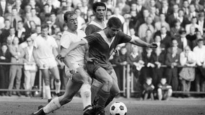 Kämpfernatur: Willi Dürrschnabel (rechts) bleibt in der Saison 1966/67 unter den Augen seines Karlsruher Mannschaftskameraden Dragolslav Sekularac zwar Sieger im Duell mit dem Mönchengladbacher Bernd Rupp, unterliegt mit dem KSC bei den Borussen aber mit 1:3.