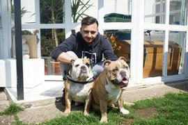 Ein junger Mann mit zwei Hunden.