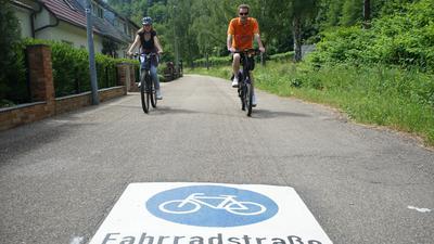 Zwei Radfahrer fahren auf einer Straße