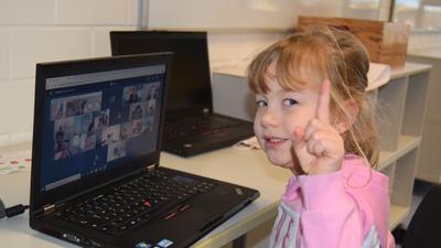 Kleines Mädchen hat Unterricht am Computer.