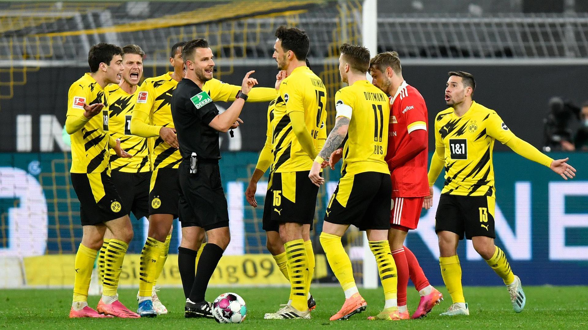 Die gelbe Wand: Schiedsrichter Daniel Schlager und die Dortmunder Spieler um Mats Hummels (Vierter von rechts) und Marco Reus hatten sich am 30. Spieltag der vergangenen Bundesliga-Saison im Heimspiel des BVB gegen Union Berlin offensichtlich einiges zu sagen.
