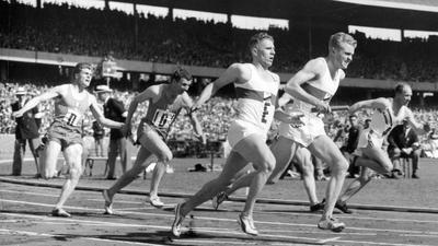 ARCHIV - 30.11.1956, Australien, Melbourne: Heinz Fütterer (l) übergibt beim letzten Wechsel den Stab an Manfred Germar (r). Die deutsche 4 x 100-m-Staffel der Männer konnte sich bei den Olympischen Sommerspielen am 30. November 1956 im australischen Melbourne in 40.8 Sekunden knapp hinter der zeitgleichen Staffel Frankreichs (im Hintergrund) und den mit 40.6 Sekunden siegreichen Australiern (r) für den Zwischenlauf qualifizieren. Im Schlusslauf errang die deutsche Staffel die Bronzemedaille. Heinz Fütterer ist tot. Der frühere Sprint-Star, genannt «Der weiße Blitz», starb in der Nacht zum Sonntag im Alter von 87 Jahren nach kurzer schwerer Krankheit zuhause im badischen Elchesheim-Illingen. Fütterer stellte 1954 den 100-Meter-Weltrekord von Jesse Owens ein, als er in Japan handgestoppte 10,2 Sekunden rannte. (nur s/w) Foto: UPI/A0001_UPI/dpa +++ dpa-Bildfunk +++