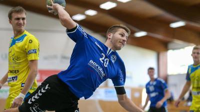 Handballer (Nummer 20) wirft