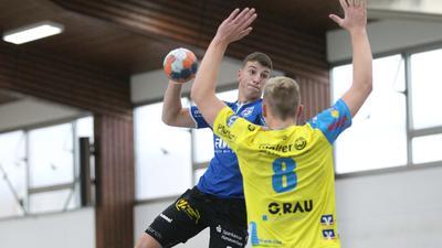 In Wartestellung: Jacob Funk (beim Wurf) hofft, mit dem TuS Helmlingen in dieser Saison noch einmal ins Geschehen der A-Jugend-Bundesliga eingreifen zu können.