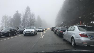 Viele Autos auf der Schwarzwaldhochstraße am Mummelsee