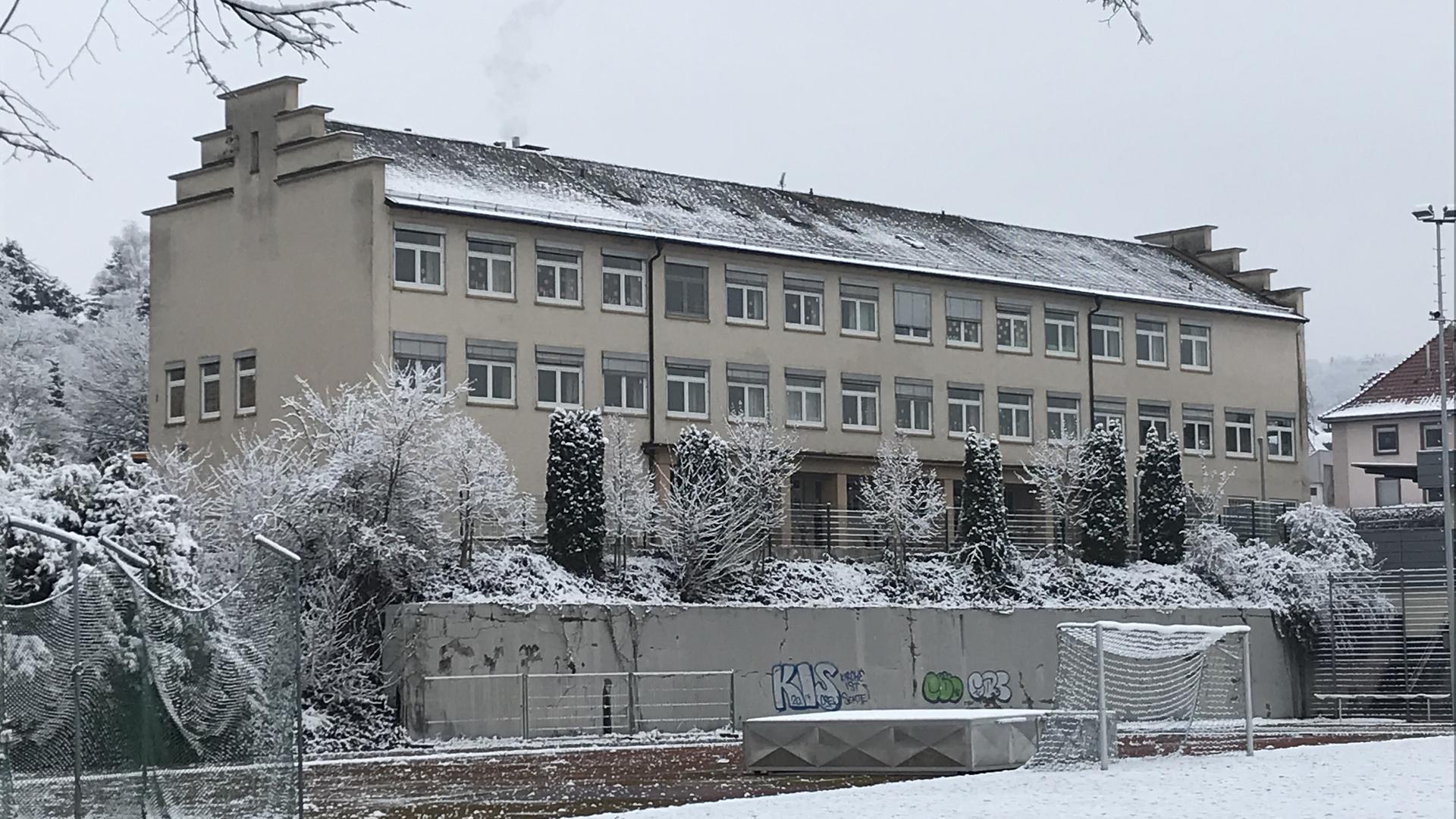 Eine Schule hinter einem Sportplatz