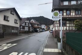 Eine Straße inmitten eines Dorfs