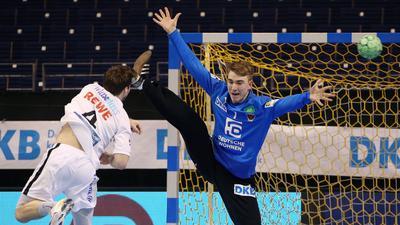 Im Bundesligator: Lasse Ludwig (rechts), der sich dem Leipziger Patrick Larsen entgegenstellt, absolvierte sein erstes Spiel in der Eliteliga, konnte die Berliner 27:28-Heimniederlage aber nicht verhindern.