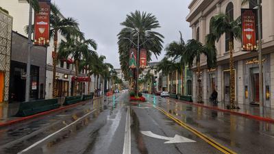 Eine leere Straße mit Palmen