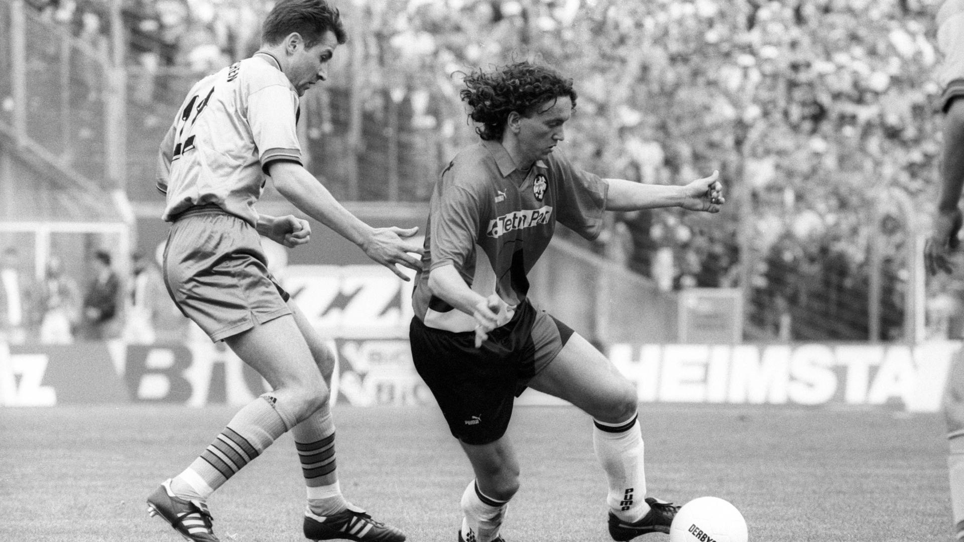 Bildnummer: 06944792  Datum: 15.04.1995  Copyright: imago/Ferdi Hartung Michael Anicic (Eintracht Frankfurt, re.) gegen Marco Grimm (FC Bayern München), einen der vier Vertragsamateure deretwegen der sportlich errungene Sieg am grünen Tisch in eine Niederlage gewandelt wurde; 603B Fussball Herren GER 1. BL Vneg Vsw xSP 1995 quer o0 Amateure, Amat. A., Wechselfehler, Pleiten Pech und Pannen o0 Saison 1994/1995, Eintracht Frankfurt - FC Bayern München 2:0 (5:2), Aktion