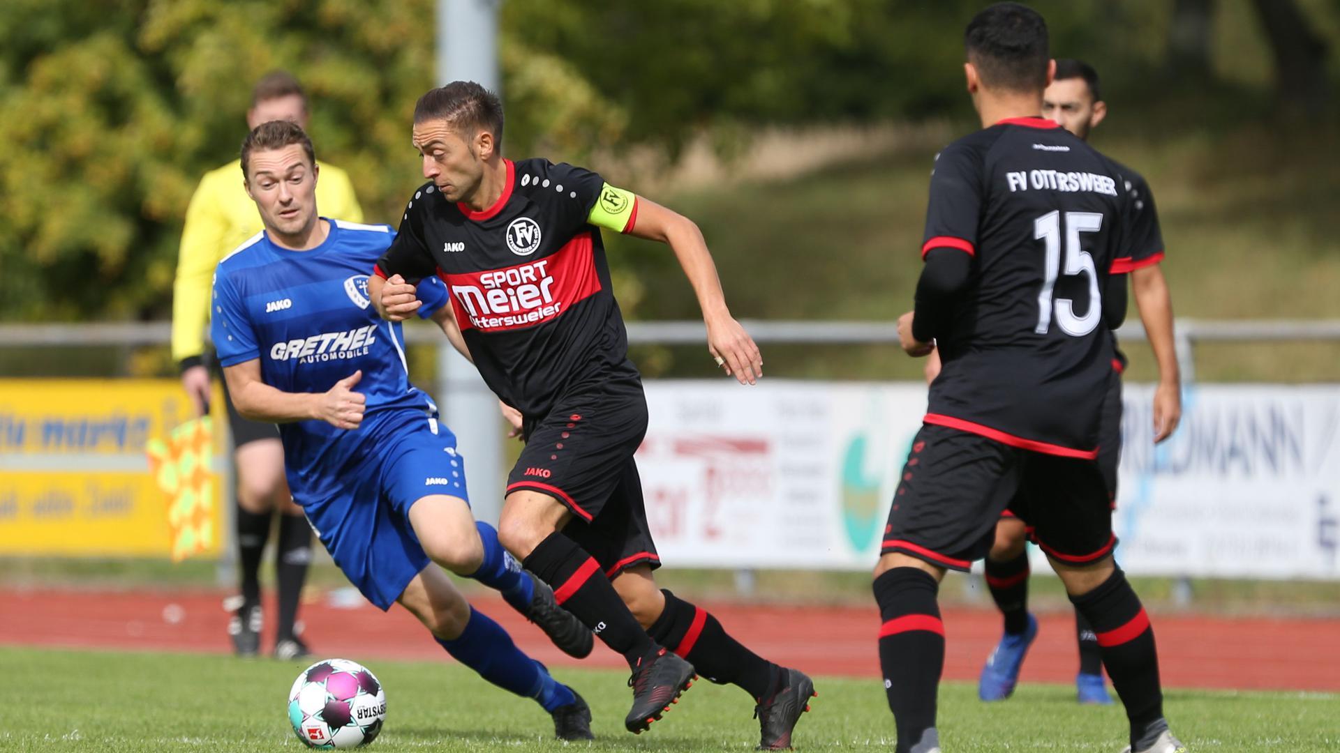 Prestigesieg im Landesliga-Derby: Ottersweiers Kapitän Gökhan Bilici (Mitte) und Anil Özenc (rechts) feierten am sechsten Spieltag einen 2:1-Heimerfolg gegen Fabian Ernst (links) und den SV Ulm.