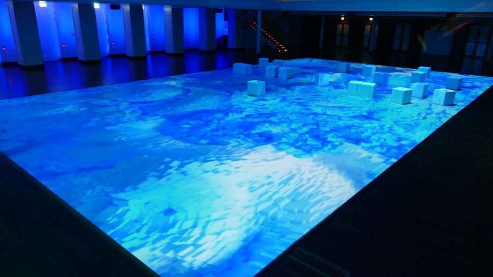 Hallenbad im Kurhaus: Wie ein Schwimmbecken wirkt die Installation im Bénazetsaal.