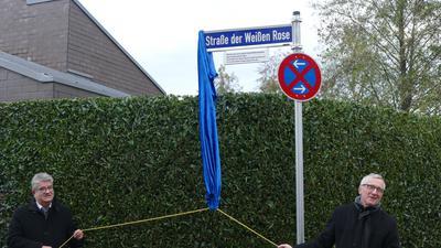 Straßenschild wird enthüllt