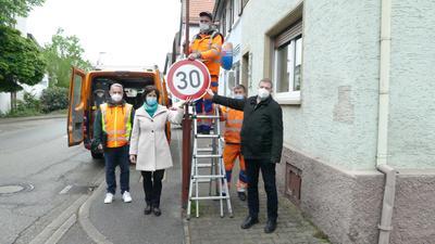 Tempo-30-Schild wird aufgehängt