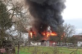 Brand in RheinauHolzhausen, Ökonomiegebäude brennt