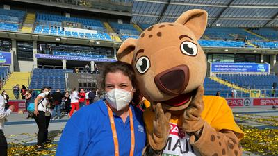 Maskottchen als Glücksbringer: Sara Rosch hatte bei ihrer Premiere als Internationale Starterin im polnischen Chorzów einen tatkräftigen Helfer an der Seite.