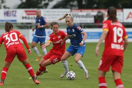 Schnell und ballsicher: Chiara Loos (Zweite von rechts) wirbelt auch in der kommenden Saison im Angriff des Frauenfußball-Bundesligisten SC Sand.