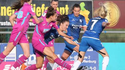 Hinein ins Getümmel: Michaela Brandenburg (Vierte von links), Dina Blagojevic und Chiara Loos (rechts), hier im Spiel gegen Hoffenheim, wollen mit dem SC Sand in Potsdam punkten.