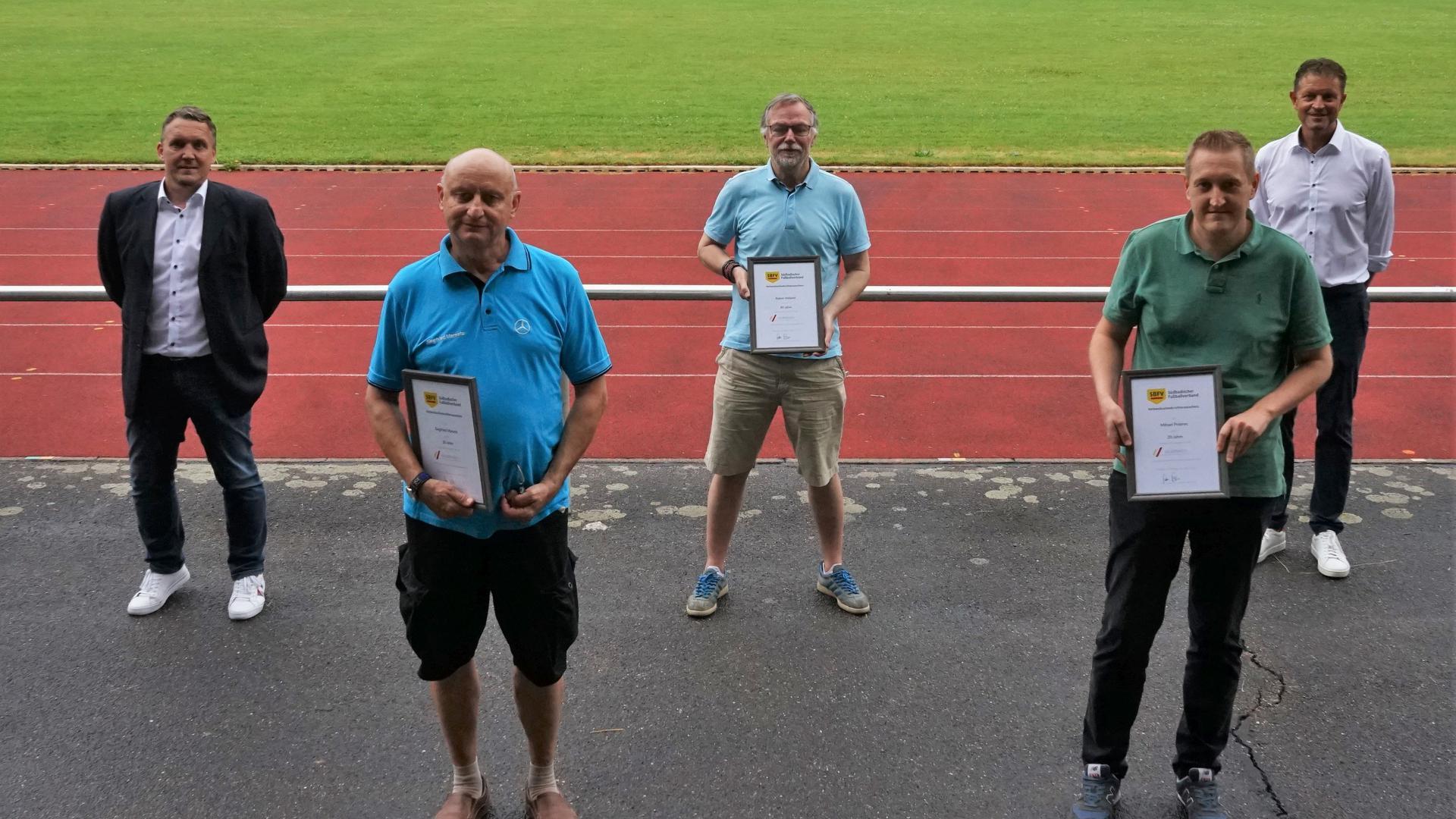20 Jahre als Schiedsrichter aktiv: VSO Ralf Brombacher (links) und BSO Bernhard Zerr (rechts) ehrten Siegfried Marsetz (von links), Rainer Heiland und Mihael Polanec.