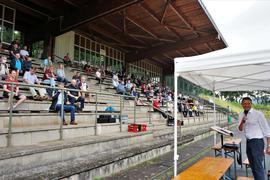 Versammlungsort Traischbachstadion: Bezirks-Schiedsrichter-Obmann Bernhard Zerr (rechts), der in seinem Amt bestätigt wurde, zog in Gaggenau die Bilanz der vergangenen beiden Jahre.