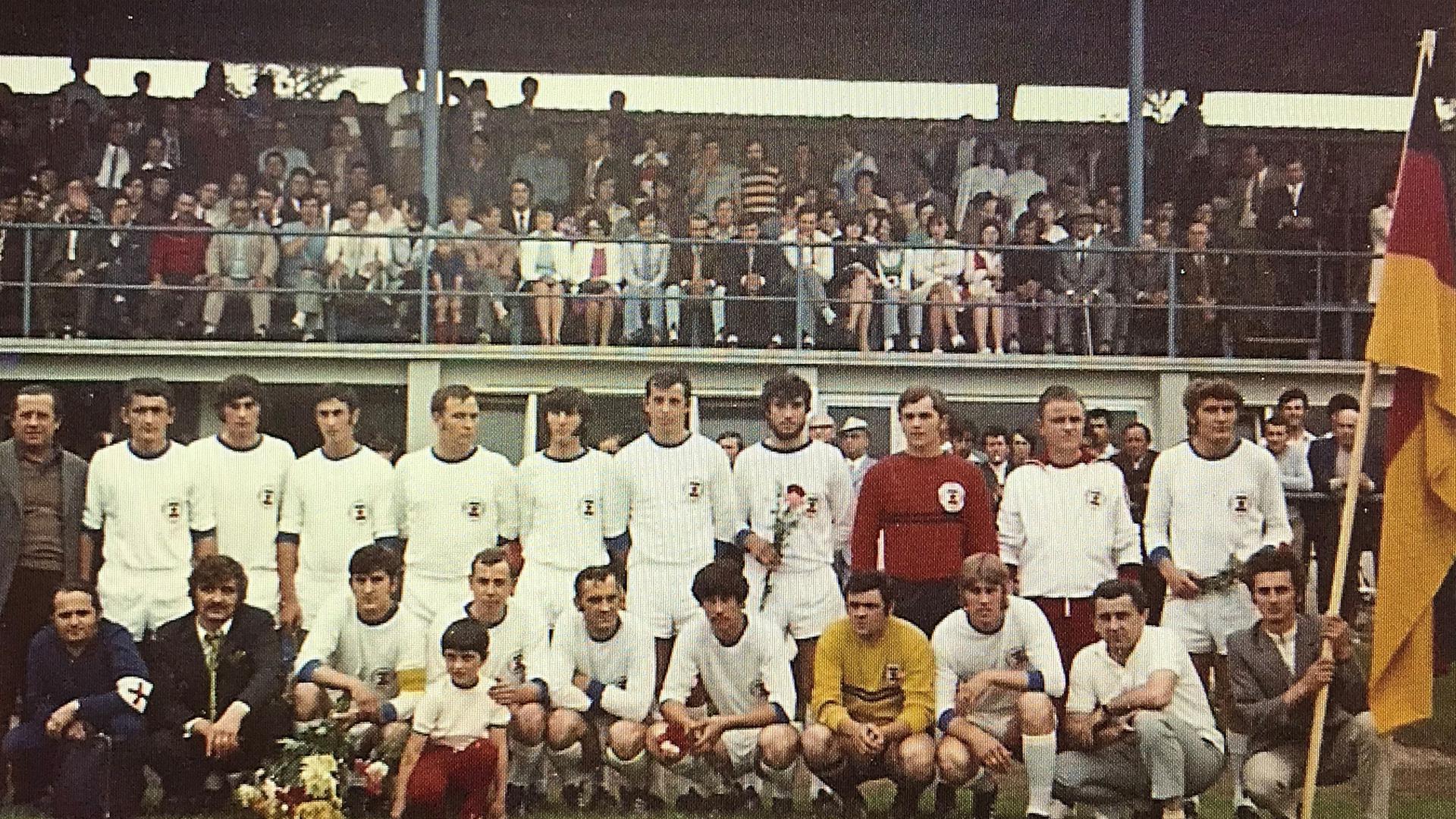 Meisterlich: Die Mannschaft des FC Sloga Rotenfels sicherte sich am 31. Mai 1971 im Kuppenheimer Wörtelstadion den Titel in der C-Klasse, Staffel 3, des Fußballbezirks Baden-Baden.