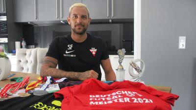 Zahlreiche Erinnerungen: Stolz präsentiert Stefano Federico seine gewonnen Medaillen und Pokale von unterschiedlichen Turnieren.