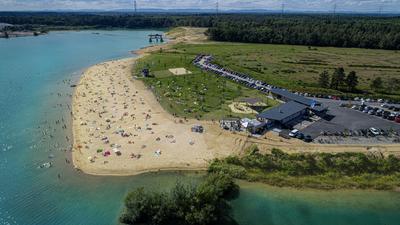 Ein Strandbad für die Kurstadt: Westlich der Autobahn liegt das Strandbad Sandweier. Auf Wassernixen und Sonnenanbeter warten rund 10.000 Quadratmeter Sandstrand.