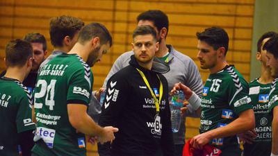 Trainer und Spieler (grünes Trikot)