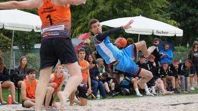 Action und Dynamik: Tim Krauth von A-Jugend-Bundesligist SG Pforzheim/Eutingen gehört zum Kreis der besten deutschen Beachhandballer.