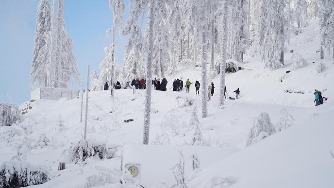 Ansammlung von Winter-Ausflüglern an einem Hang in der Nähe des Mummelsee.