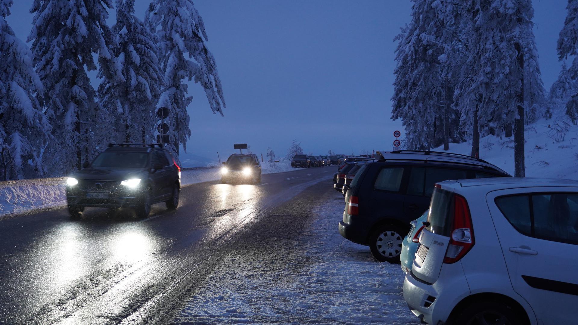 Parkende Fahrzeuge frühmorgens am Mummelsee.